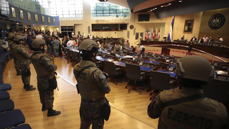 Photo of Bukele irrumpe con militares en Congreso para exigir préstamo