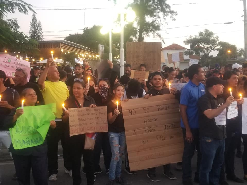 Photo of Cientos se concentran en SFM en protesta contra la JCE