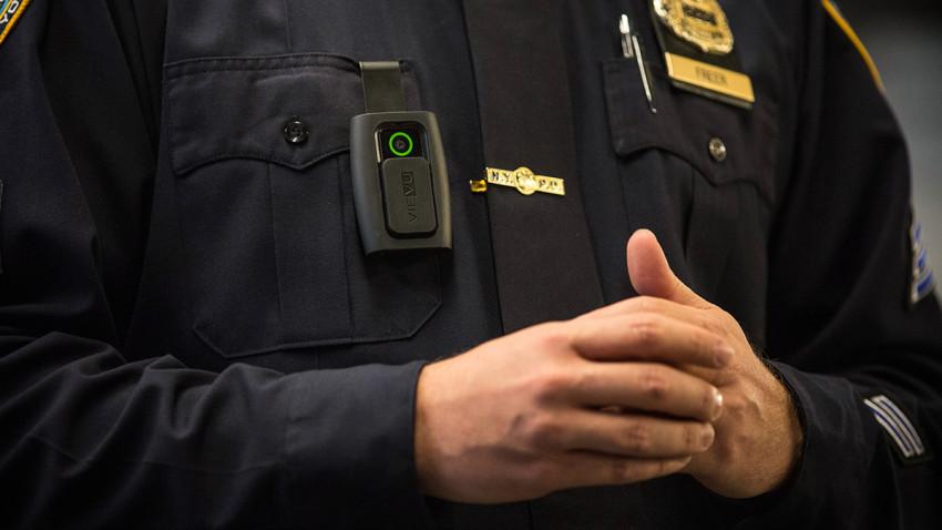 Photo of Buscan instalar cámaras corporales a los policías de Nueva York