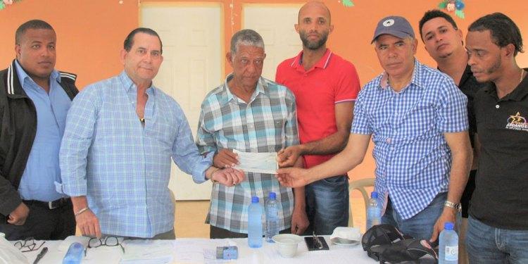 Photo of Amílcar entrega más de RD$15 millones a productores de San Felipe Abajo