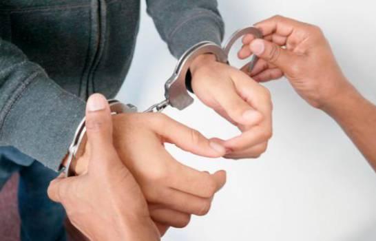 Photo of Acusado un hombre en EEUU de extorsionar y prostituir a compañeras de su hija
