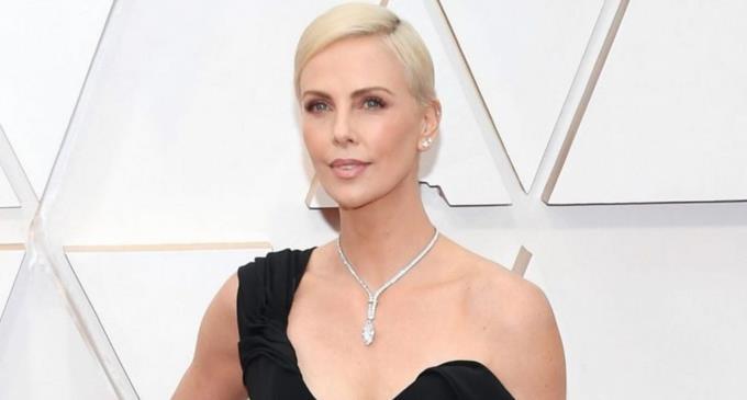 Photo of Charlize Theron lució un collar de 5 millones de dólares en los Óscar