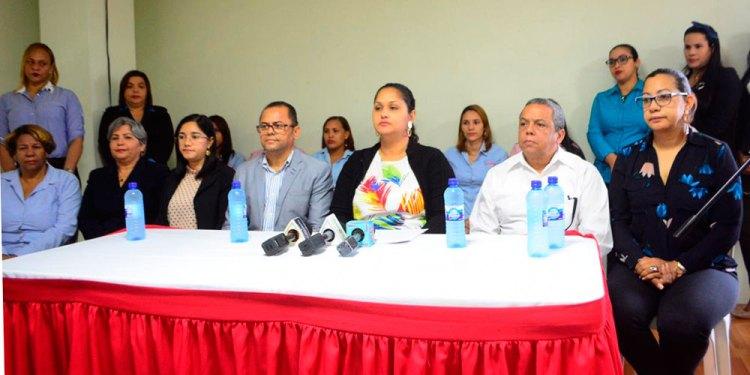 Photo of Asociación de Padres, madres y amigos apoyan maestra acusada abuso sexual, piden investigación exhaustiva