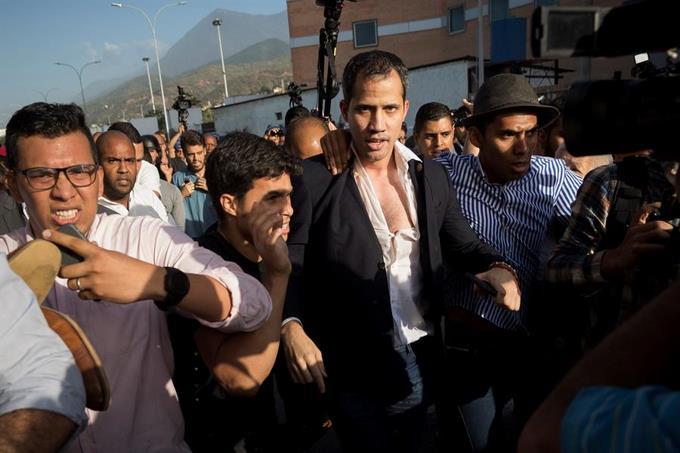 Photo of Guaidó es recibido con una paliza de oficialistas al aterrizar en Caracas