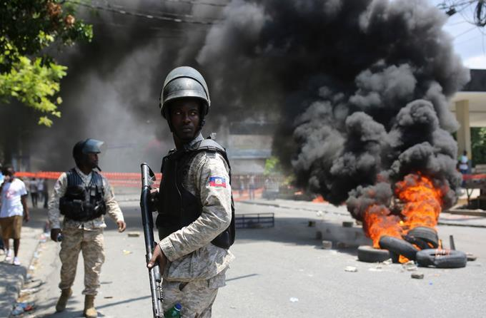 Photo of Al menos dos muertos en enfrentamientos entre policías y militares en Haití