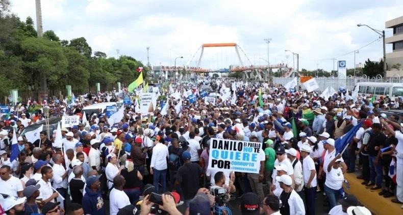 """Photo of Miles participan en marcha opositora en SD; piden elecciones """"libres y limpias"""""""