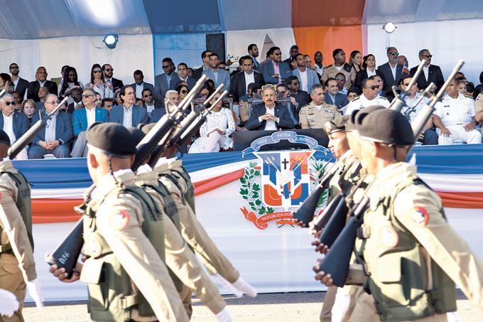 Photo of Militares desfilan en honor a los patricios