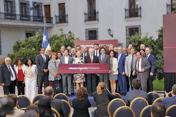 Photo of Promulgan reforma que sube impuestos a los más ricos en Chile