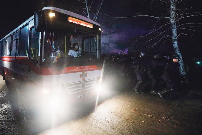 Photo of Ucranianos lanzan piedras a evacuados por coronavirus