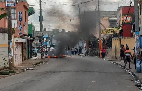 Photo of Protestan por suspensión elecciones municipales con quema de gomas