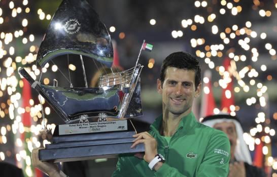 Photo of Novak Djokovic doma a Stefanos Tsitsipas y reina en Dubái por quinta vez