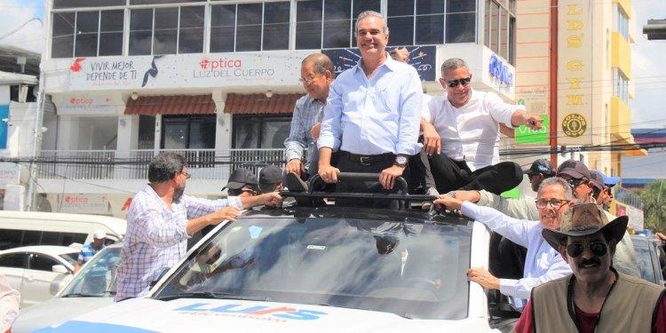 Photo of Abinader advierte a gobierno defenderá democracia a cualquier costo; encabeza multitudinaria caravana en SFM