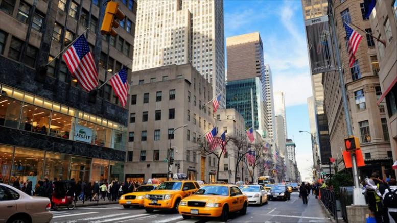 Photo of Nadie mira los luminosos de Times Square, Nueva York se queda en casa