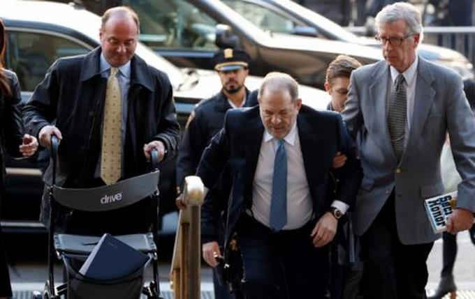 Photo of Harvey Weinstein sufre una caída en prisión de Nueva York, a menos de 2 días de condena