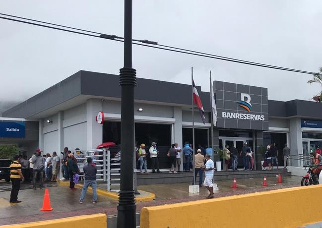 Photo of Bancos y mercados están abarrotados en el quinto día de cuarentena en el país