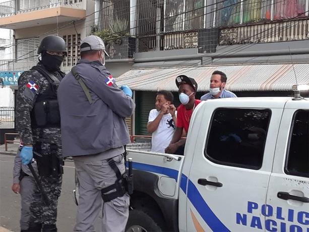 Photo of Decenas de detenidos en Santiago en primer día de ampliar toque de queda