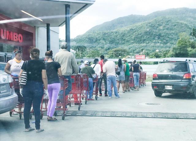 Photo of La gente abarrota supermercados y bancos ante rumor de toque de queda de 24 horas