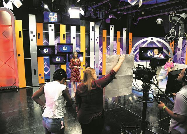 Photo of La TV sale del estudio: Programas se ven obligados a transmitir desde las casas de sus talentos
