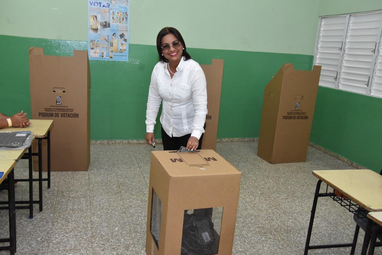 Photo of Miledys Núñez ejerce su derecho al voto, invita a la población acudir a las urnas