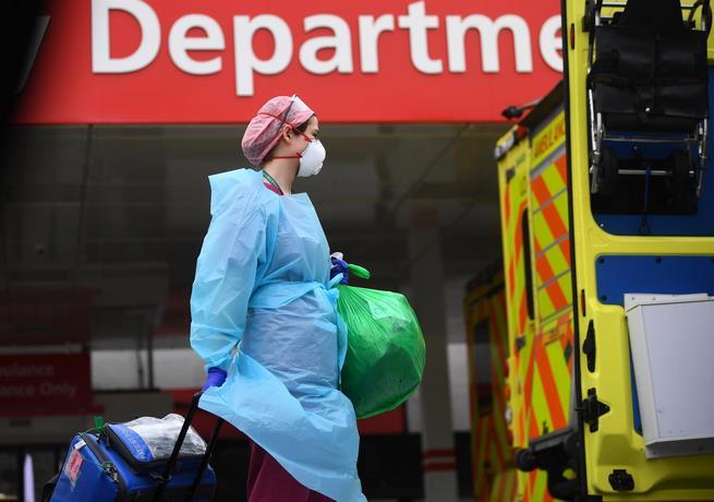 Photo of Reino Unido confirma casi 400 muertos por coronavirus en un día