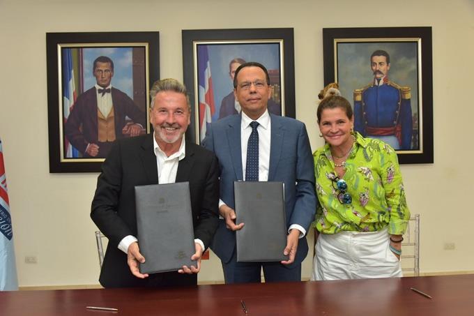 Photo of Ricardo Montaner firma acuerdo con el Ministerio de Educación para la construcción de una escuela en Samaná