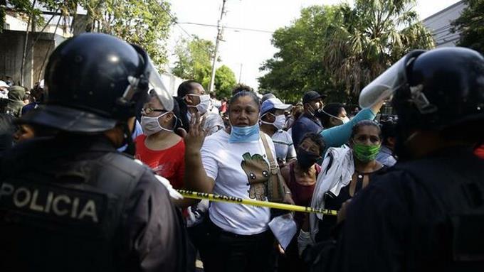 Photo of Salvadoreños salen a la calle a protestar por el bono estatal prometido por Bukele