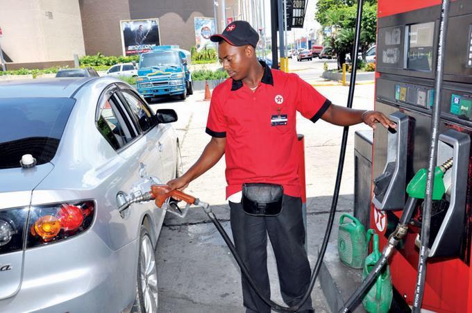Photo of Venta de combustible disminuye más de 70% en el país