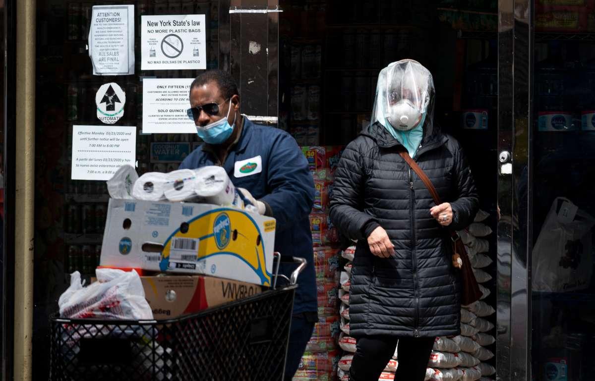 Photo of Nueva York lucha contra el coronavirus y se prepara para posible hambruna