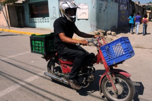 """Photo of """"Delivery"""" de colmado se expone al COVID-19 por RD$3,000 cada quincena"""