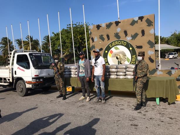 Photo of Ejército incauta 100 paquetes de droga camuflados en un camión cargado de plátanos