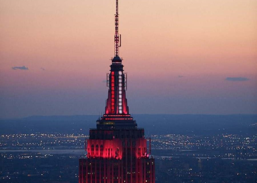 Photo of Empire State se ilumina rojo y blanco para honrar combatientes COVID-19