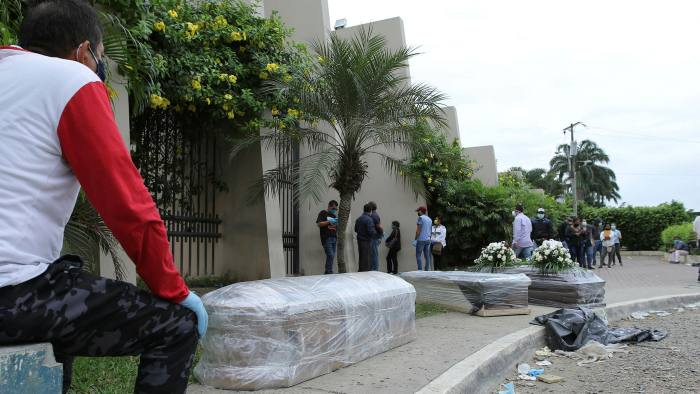 Photo of Presos en cárceles de Ecuador comienzan a fabricar ataúdes para los muertos por coronavirus en Guayaquil