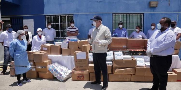 Photo of Luis Abinader visita obispo SFM, entrega ayuda en Iglesias, barrios y hospitales provincia Duarte