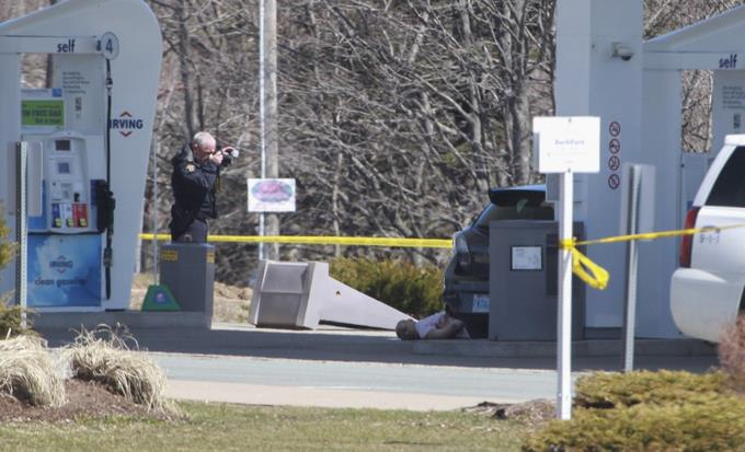 Photo of Ascienden a 17 el número de muertos en un tiroteo en el este de Canadá