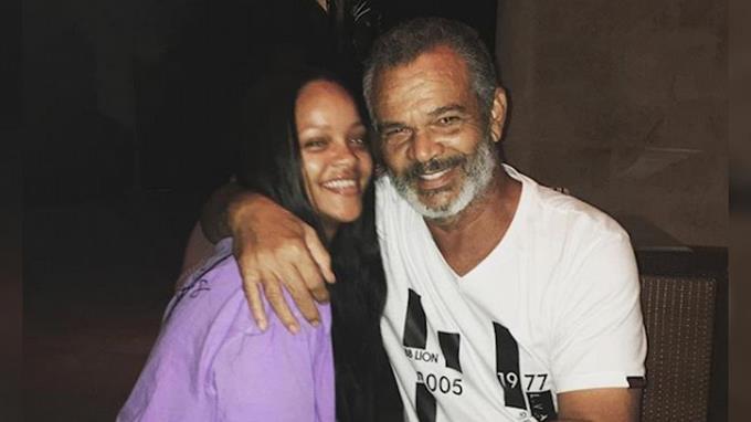 Photo of El padre de Rihanna tiene coronavirus y le asiste con respirador artificial