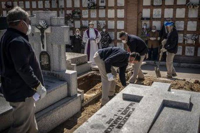 Photo of España reporta una cifra récord de 849 muertes en un día por el virus
