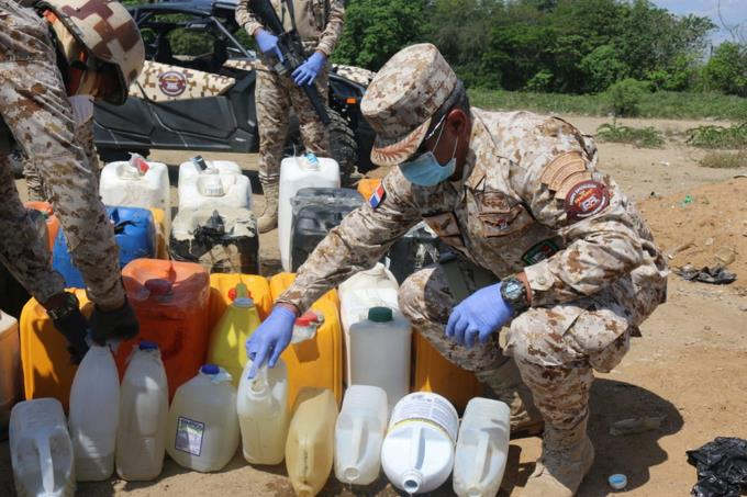 Photo of Militares se incautan más dos mil litros de clerén en la frontera y los esparce en la tierra