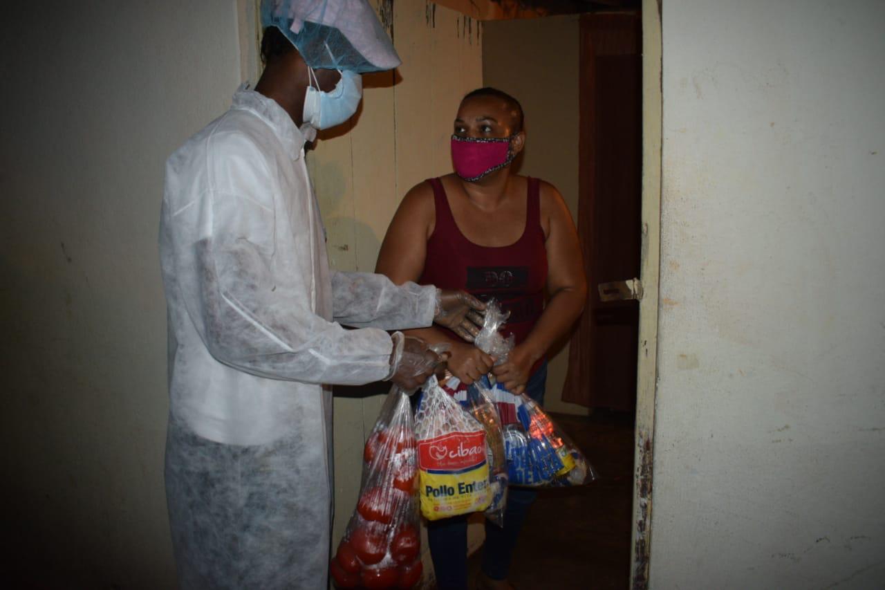 Photo of Plan Social entrega pollos, pan, tomates y raciones alimenticias a familias SFM