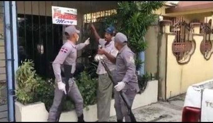 Photo of Suspenden agentes de la PN que apresaron hombre cuando buscaba comida durante toque de queda
