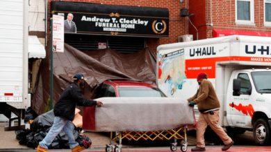 Photo of Retiran licencia a funeraria NY que amontonó cadáveres en camiones