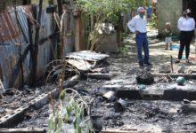 Photo of Luis Ernesto Camilo asiste hombre que perdió su vivienda por incendio en SFM