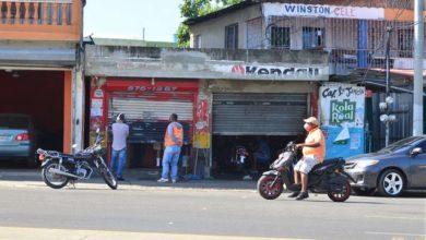 Photo of Negocios rompen medidas y abren al público