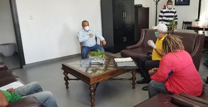 Photo of Artesanos y empleados turísticos de Puerto Plata «pegan el grito» frente a la Gobernación
