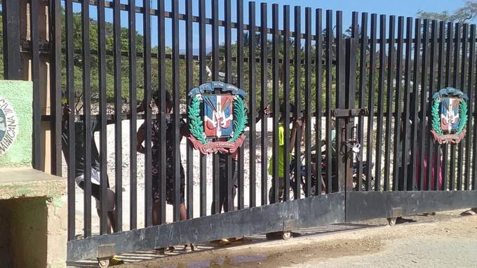 Photo of Decenas de haitianos se asoman a la frontera en Pedernales a ver si pueden comprar alimentos