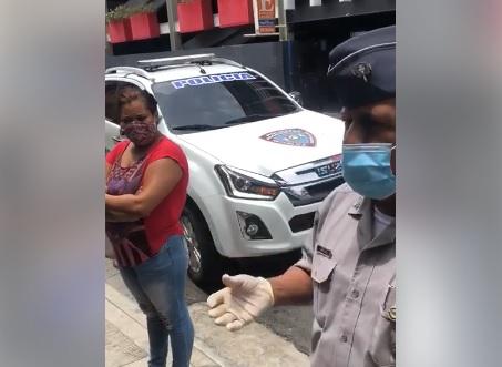 Photo of Policía en SFM conciencia ciudadanos sobre uso de mascarillas y distanciamiento