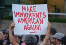 """Photo of Aprueban ley que prohíbe uso del término """"inmigrante ilegal"""" en NY"""