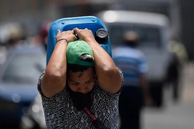 Photo of Sin agua, gasolina o TV, la escasez pone a los venezolanos a prueba