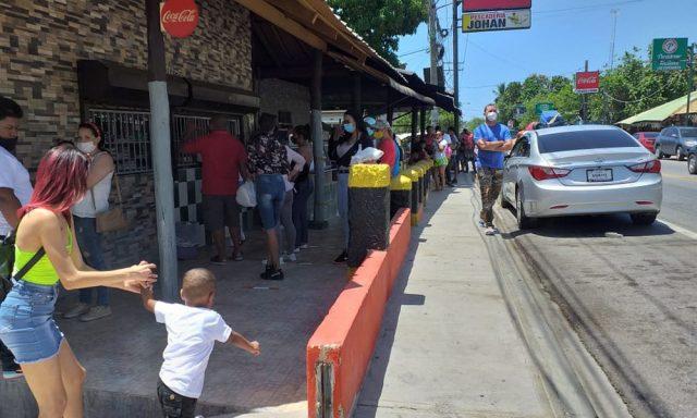 Photo of Largas filas en restaurantes de la región Norte