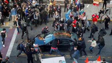 Photo of EE.UU.: Hombre armado conduce hacia manifestantes, hiere a uno y huye