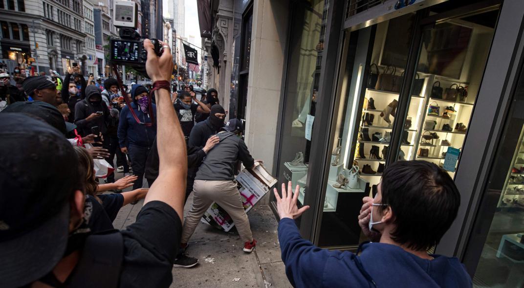 Photo of Anuncian alivio económico para víctimas de saqueos en Nueva York